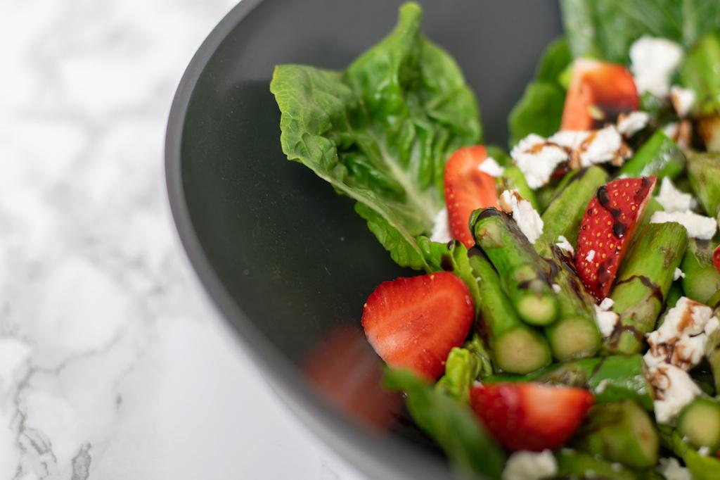 Warmer Spargelsalat mit Erdbeeren und Feta